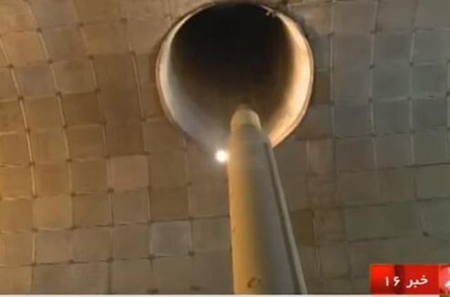 起竖后的导弹从发射窖上端的圆形口部射出