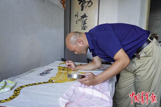 张杰正在画虎。