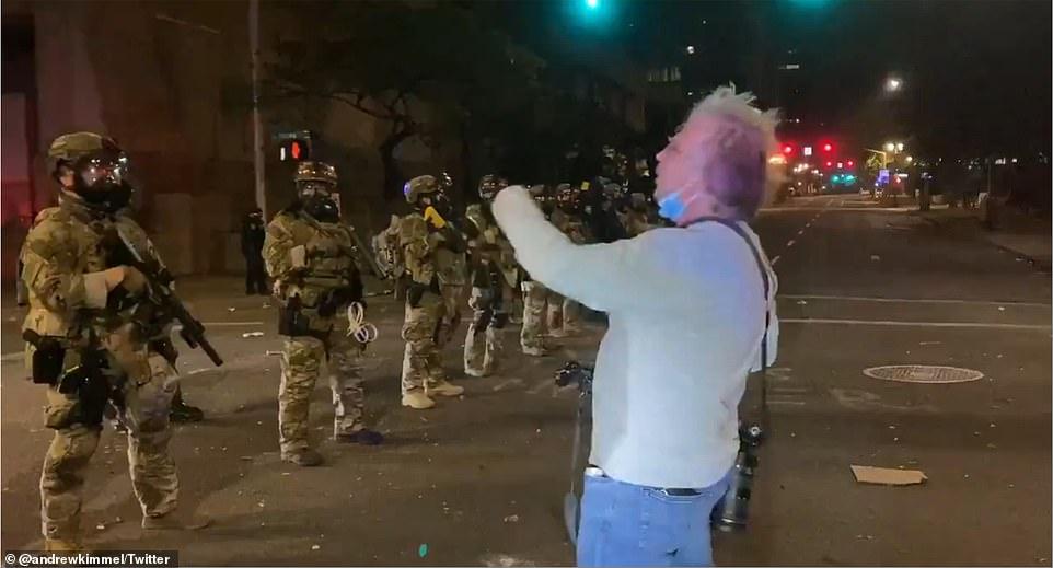 越战老兵在波特兰街头训斥警察 下一秒被喷胡椒喷雾