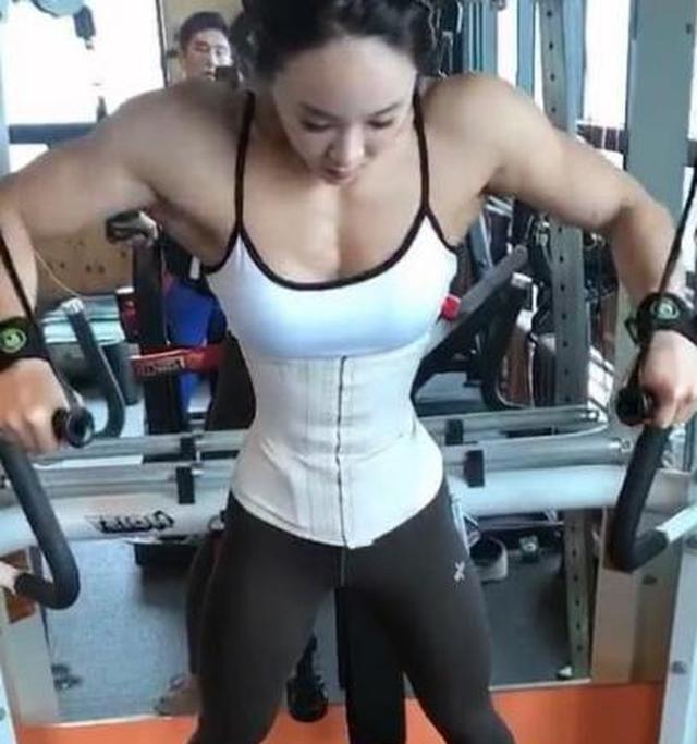 韩国健身美女爱撸铁,一身肌肉身材强壮,因高颜值被称金刚芭比
