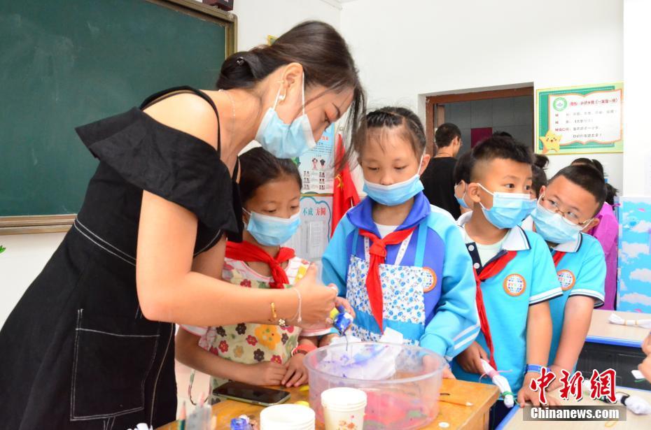 图为学生们在老师的指导下学习扎染