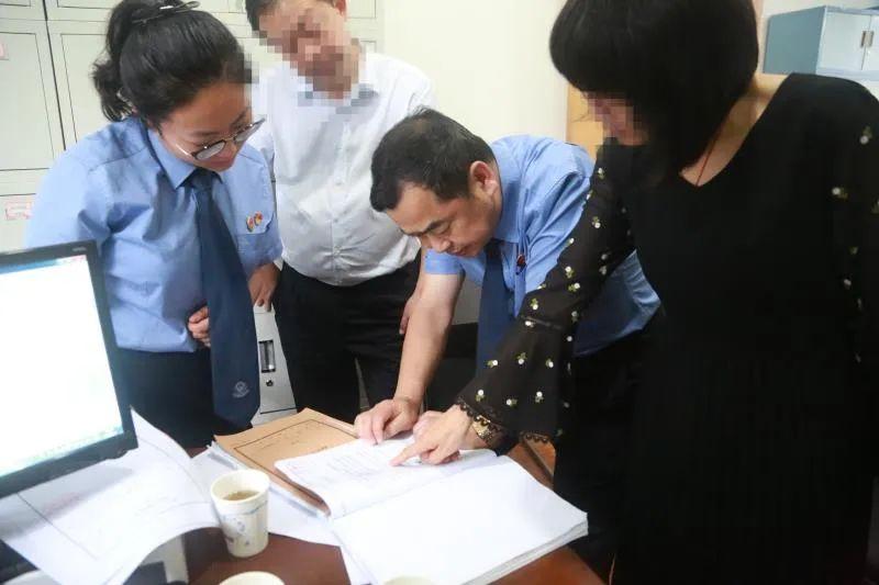 图为检察长姚广平(右二)带检察官到国有公司自行补充侦查调查取证。