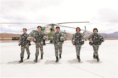 女兵完成巡逻任务归来