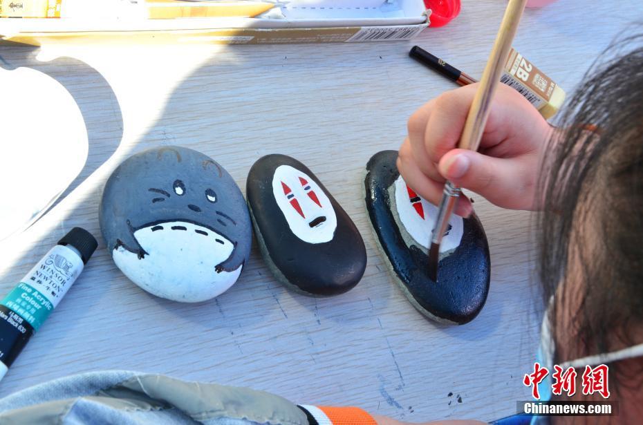 图为学生绘制石头画