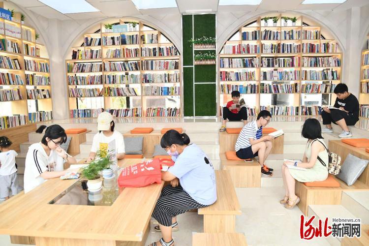 不少市民在书房享受阅读时光。 通讯员张庆河摄