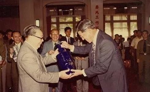 李登辉(右)接受蒋经国赠予的花瓶