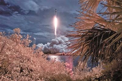 """美国""""猎鹰9号""""运载火箭发射升空"""