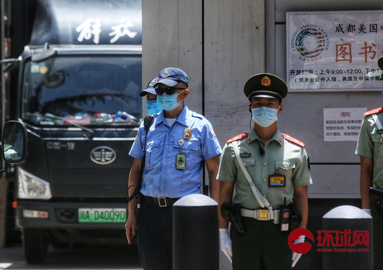 【外贸网站】_一辆中巴驶入美国驻成都总领事馆 安保严加防范