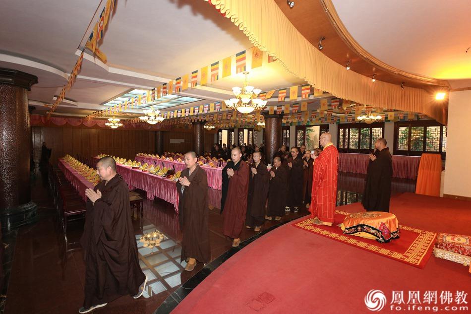 熏坛仪式现场(图片来源:凤凰网佛教 摄影:普陀山佛教协会)