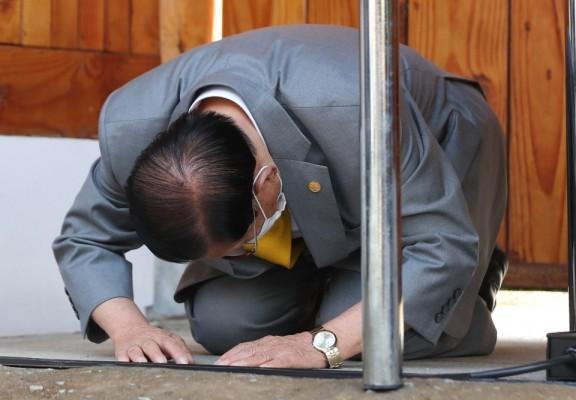 """【久久热在线优化论坛】_韩89岁""""新天地""""会长凌晨被捕 曾遭市长施压跪地谢罪"""