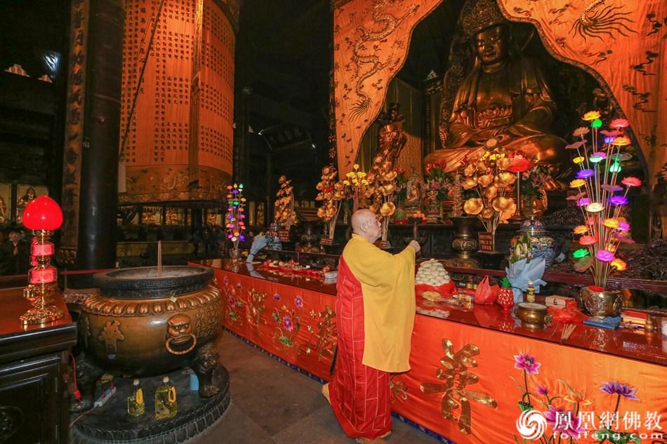 道慈大和尚主持熏坛仪式(图片来源:凤凰网佛教 摄影:普陀山佛教协会)
