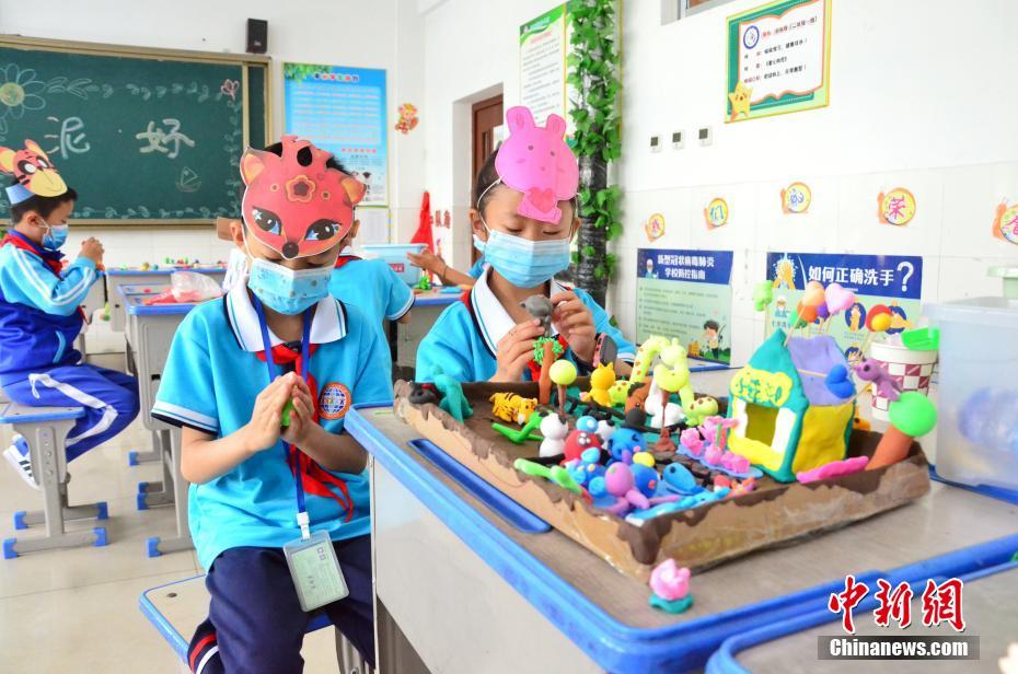 图为学生们用彩泥制作动物园。鲁丹阳/摄