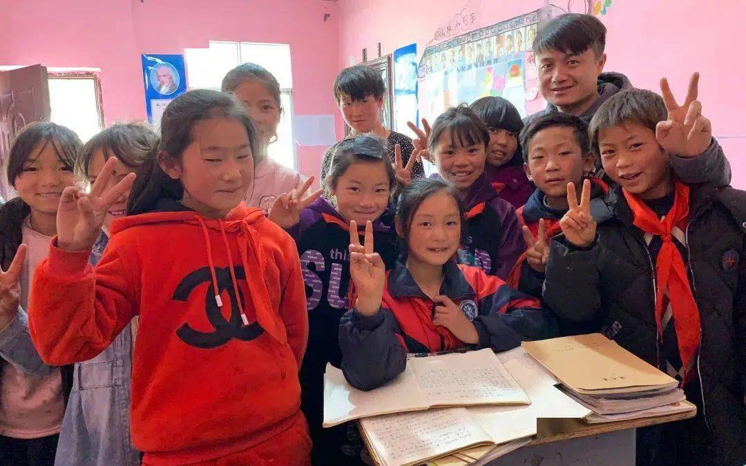 | 2017年,顾亚和孩子们在教室里合影。