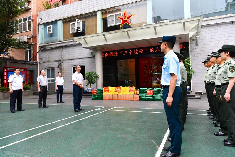 在綦江区人武部,綦江区委书记袁勤华走访慰问官兵。王京华 摄