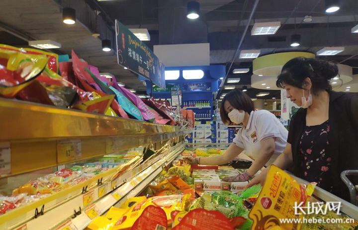 市民在石家庄北国超市挑选食品。记者 袁立朋 摄