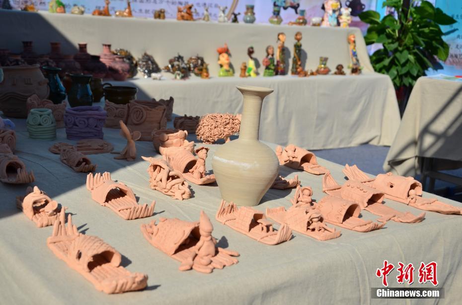 图为学生们制作的陶艺作品