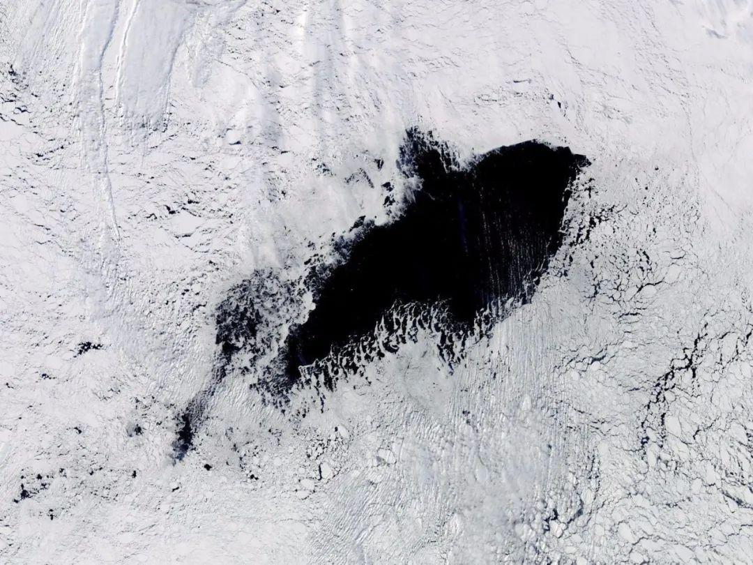 南极海冰中出现的冰穴。 | NASA(2017年9月25日)