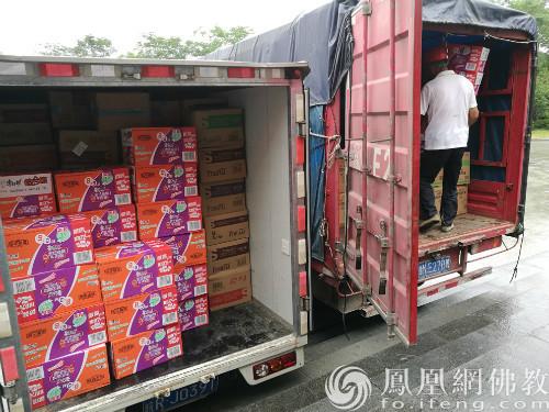 救援物资(图片来源:凤凰网佛教 摄影:韦闰支)