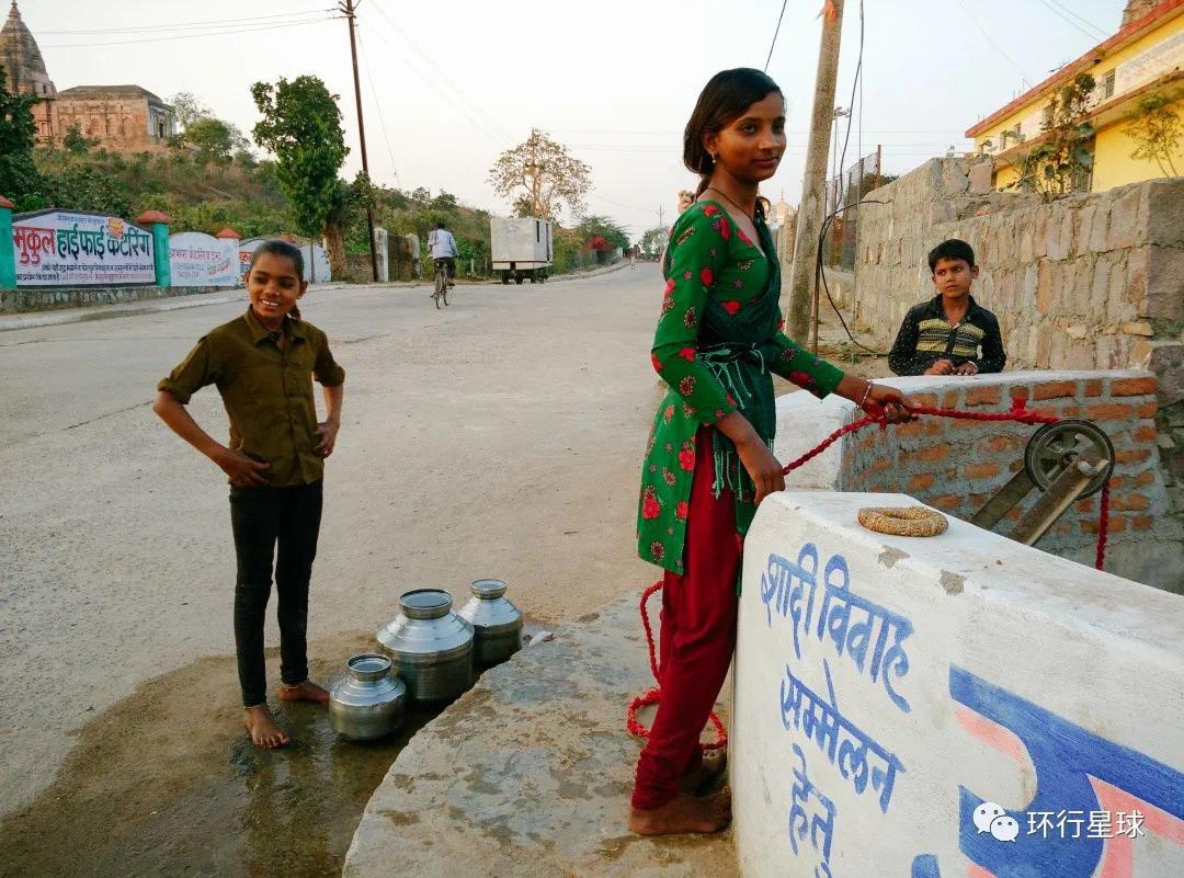 小女孩在水窖取水 ,© 熊金金大人