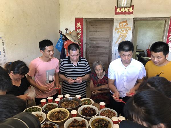 5日中午,张玉环终于等来了大儿子张保仁,一家人吃了一顿团圆饭。