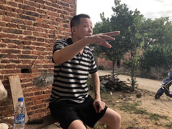 张玉环对着媒体讲述自己被卷入冤案的前后细节。