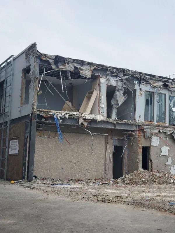 8月3日,上海青浦区,吉盛伟邦家具村部分展厅的外立面已被拆除。/上游新闻记者 时婷婷