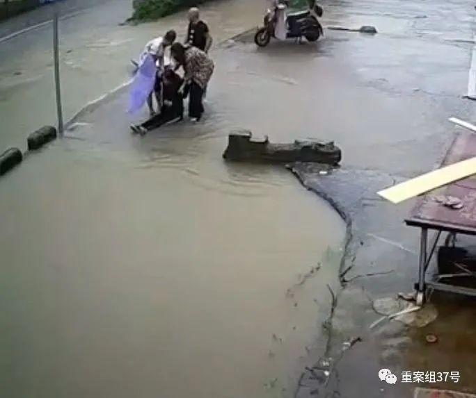 """【迈步者程雪柔公交车论坛】_不到1小时4人坠入河道丧生 暴雨中的致命""""暗河"""""""