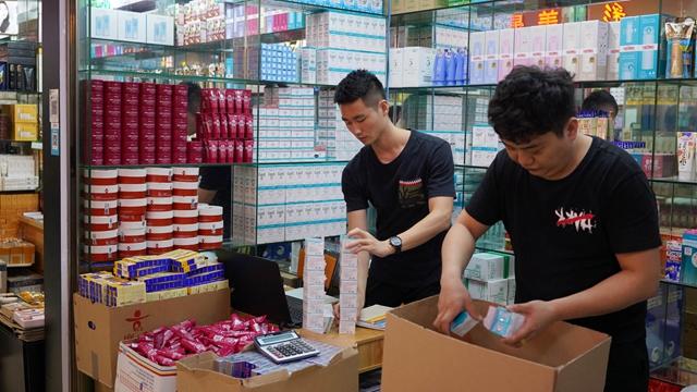 美妆店铺的工作人员正在整理即将发出去的商品 视觉中国