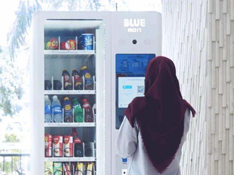 印尼人在自动售卖机上扫描二维码付款/Equal Ocean