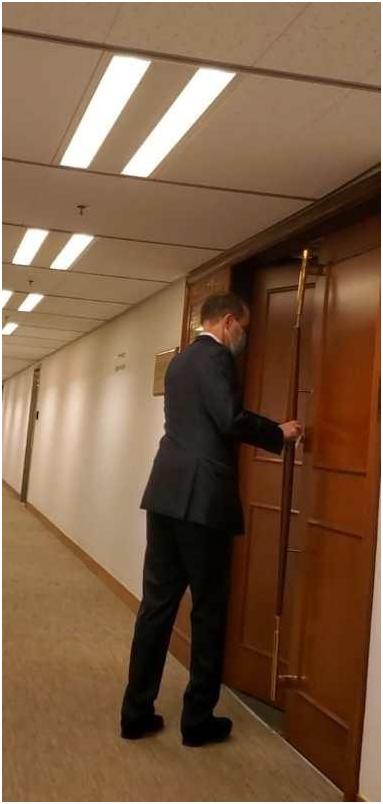 史墨客进入梁家杰位于太子大厦的律师楼。图:坚料网
