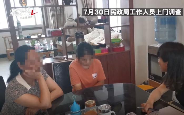 7月30日,汉滨区民政局工作人员到李某某家进行调查。