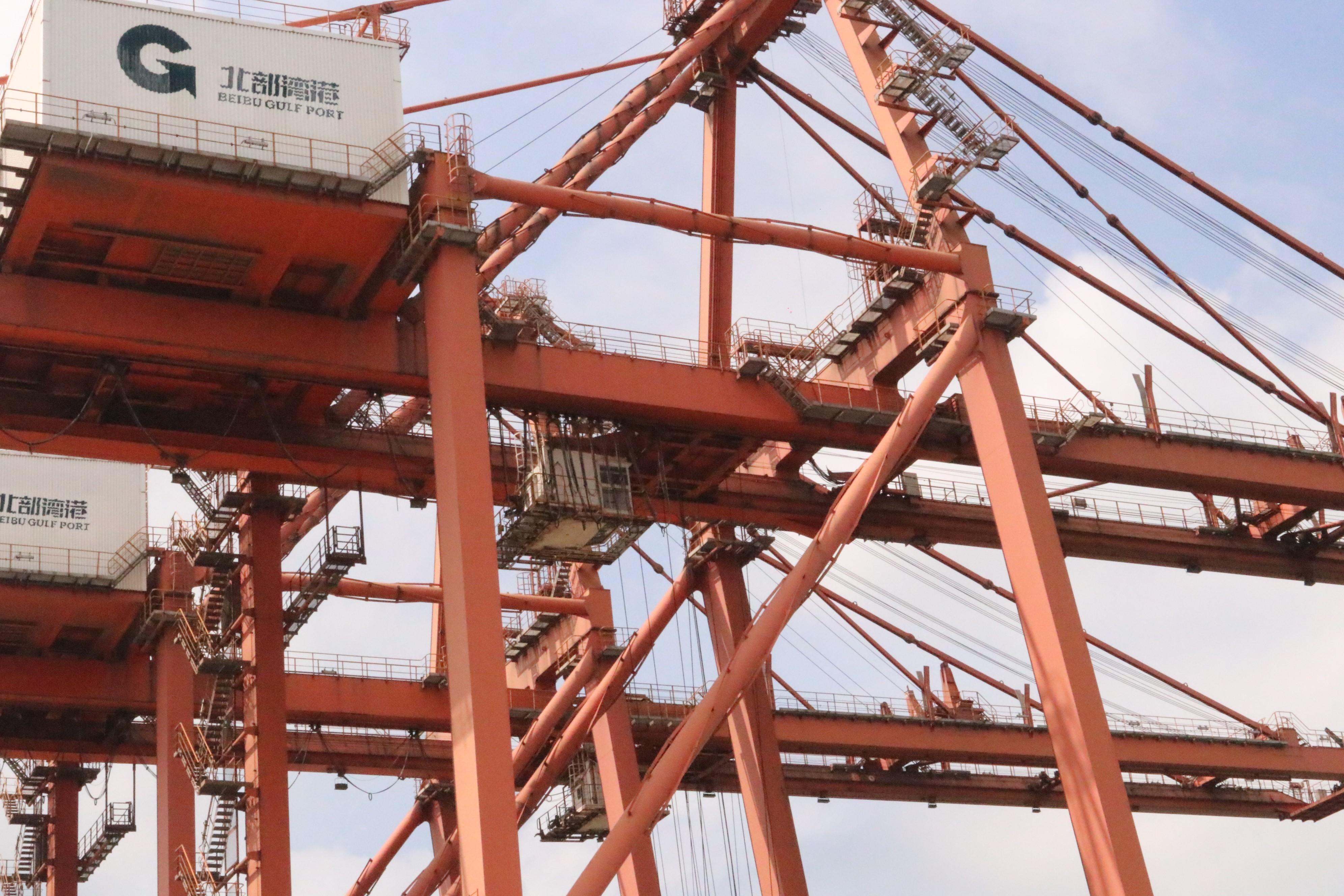 图为防城港码头公司的某座桥吊上安装了5G+高清监控设备,突破了以往的操作瓶颈,改善了码头职工的工作环境。李勤虹 摄