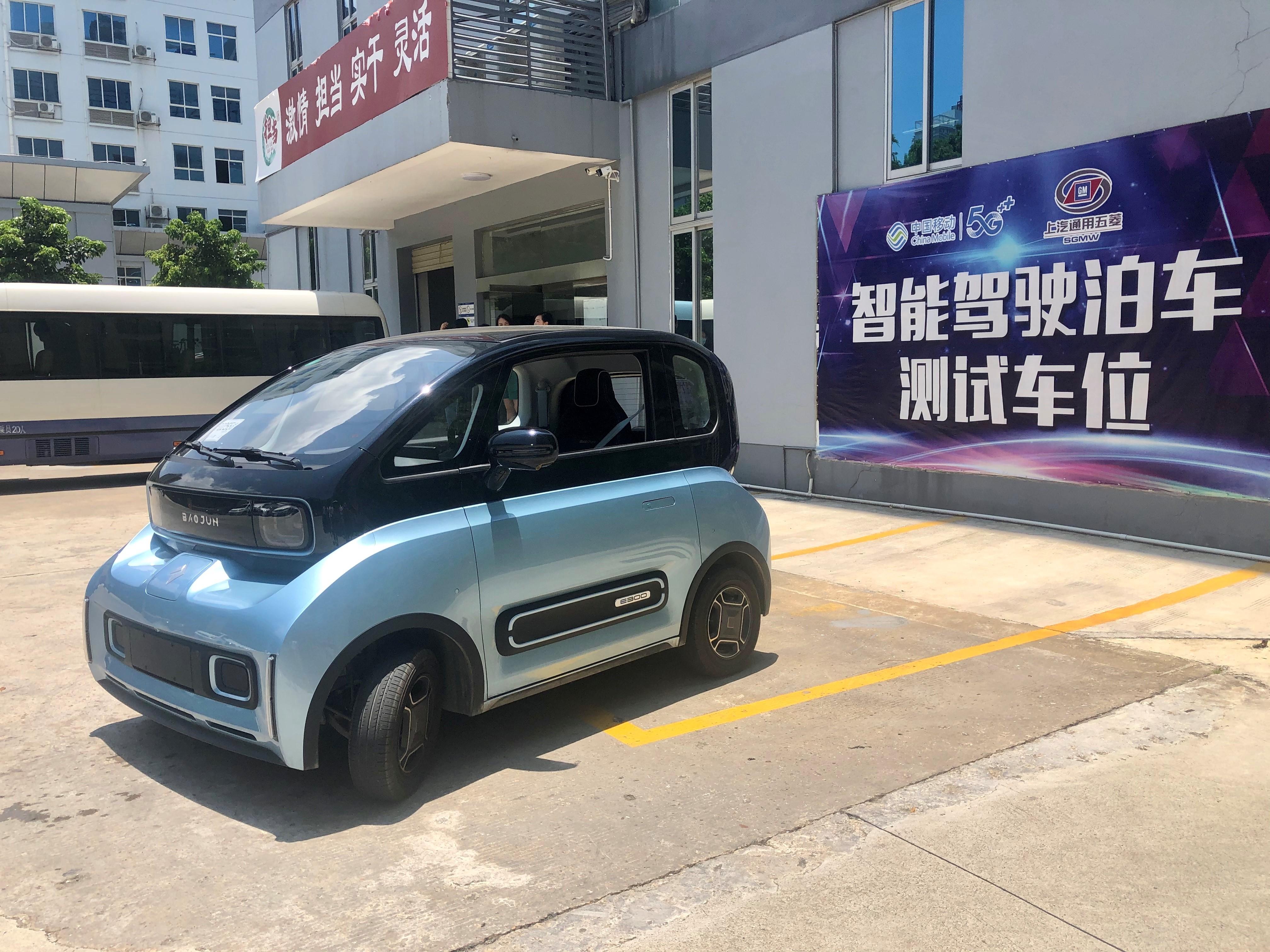 """图为5G+遥控泊车项目,通过5G网络,无人驾驶的汽车也能轻松完成""""泊入""""""""泊出""""车位。李勤虹 摄"""