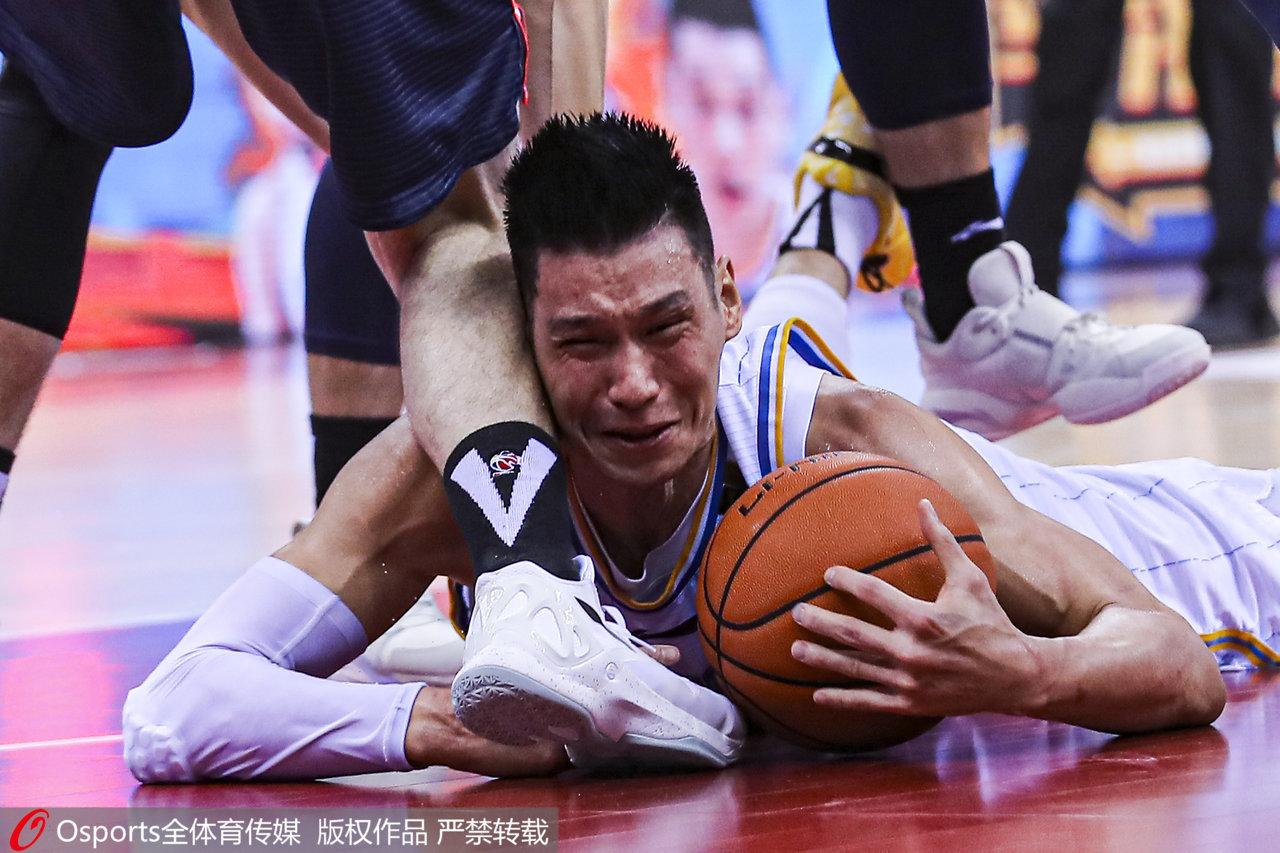 林书豪拼命倒地救球。