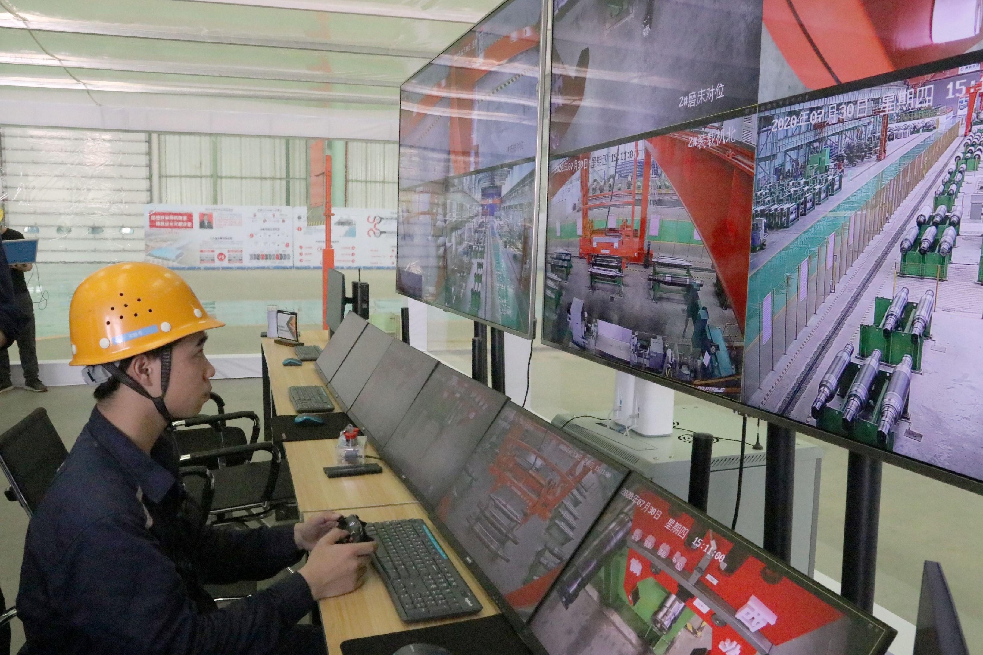 柳钢的技术人员正在使用改造过的游戏机手柄操控5G智能装载机。覃丽颖 摄