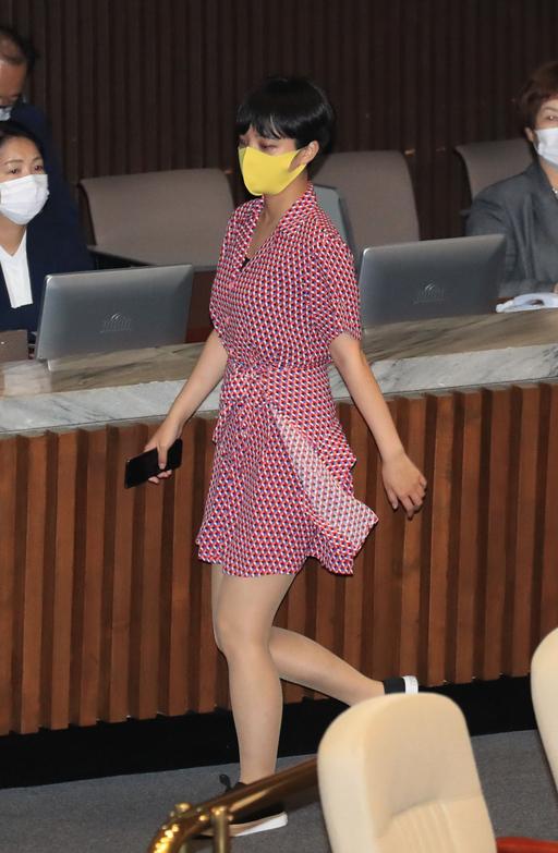 【旺格子优化软件】_韩国27岁女议员穿粉红连衣裙去国会 网友吵翻天