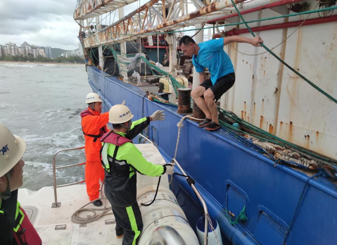 【武则天野史】_海南三亚两艘渔船遇险 15人获救