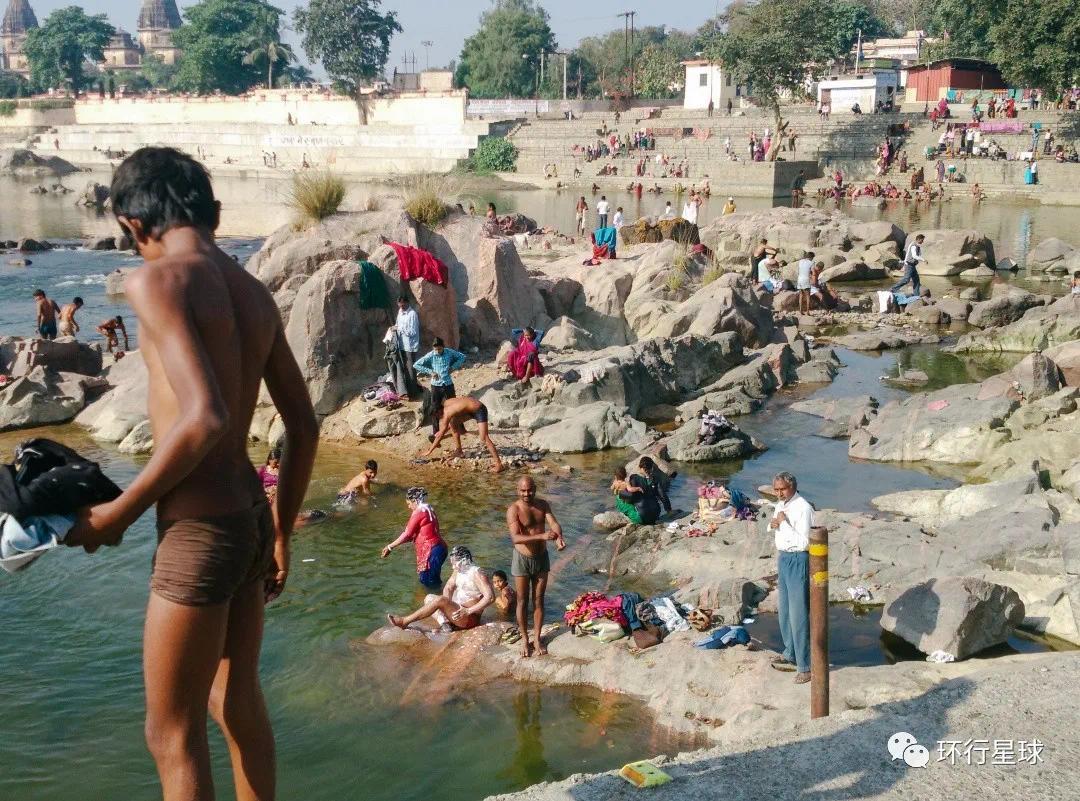 男女老少在河里洗澡,© 熊金金大人