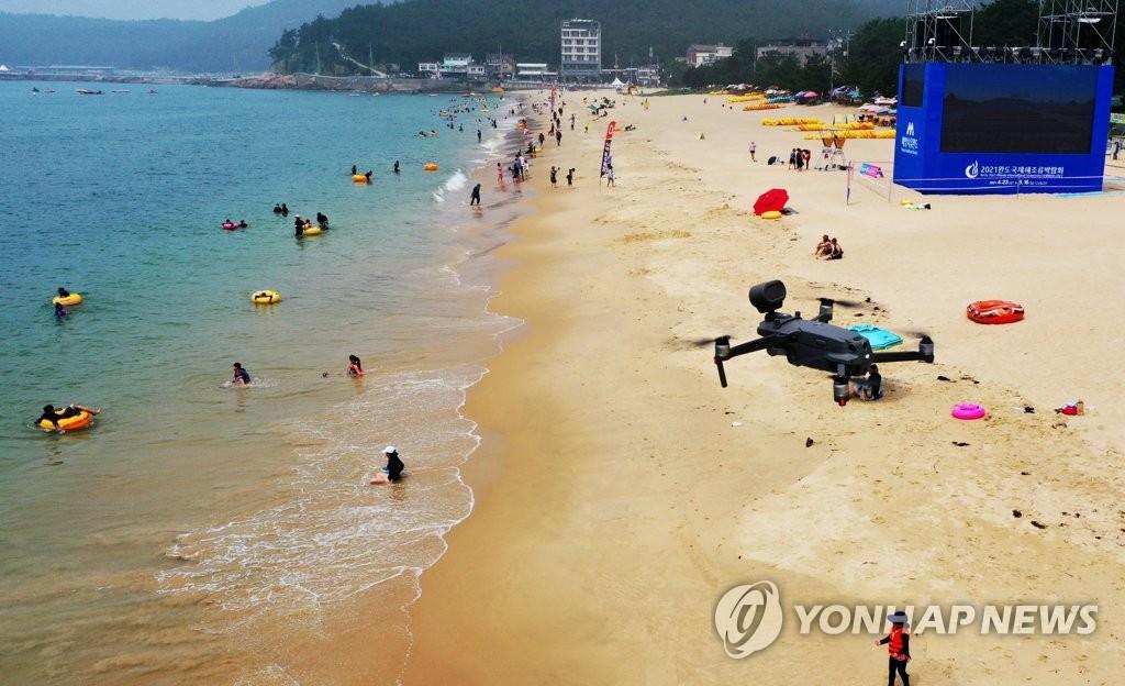【55】_韩国首次出动无人机 为沙滩游客测体温