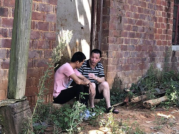 张保仁和张玉环坐在老宅门前谈心。