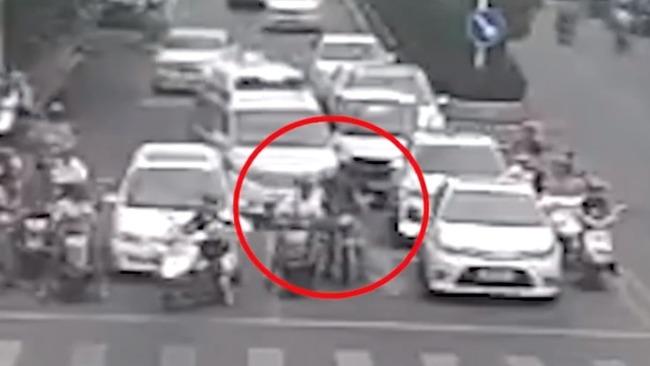 重罚!广东一摩托车故意阻挡救护车 市民劝说仍无动于衷