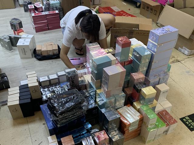 美妆店店员正在理货 黄琼/摄