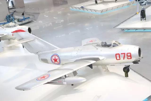 这架苏联造米格-15歼击机是当年中国人民志愿军特等功臣、一级战斗英雄、后任空军司令员的王海驾驶过的,机身上的9颗红星记录着王海的战绩,也铭刻着中国年轻空军的骄傲与荣光。 中国人民革命军事博物馆 图