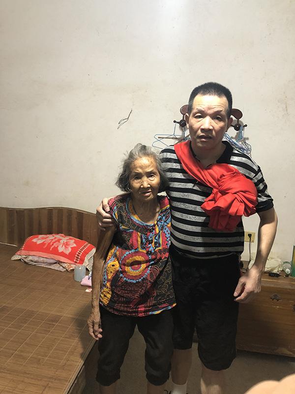回家后的张玉环和母亲张炳莲在一起。