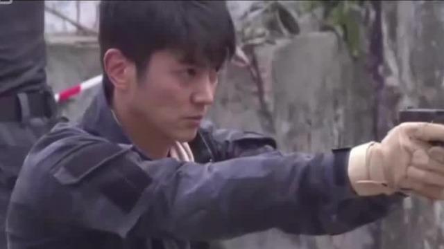 枪口绝不允许从人身上扫过,杜江曾因此被《红海行动》的教练罚做俯卧撑
