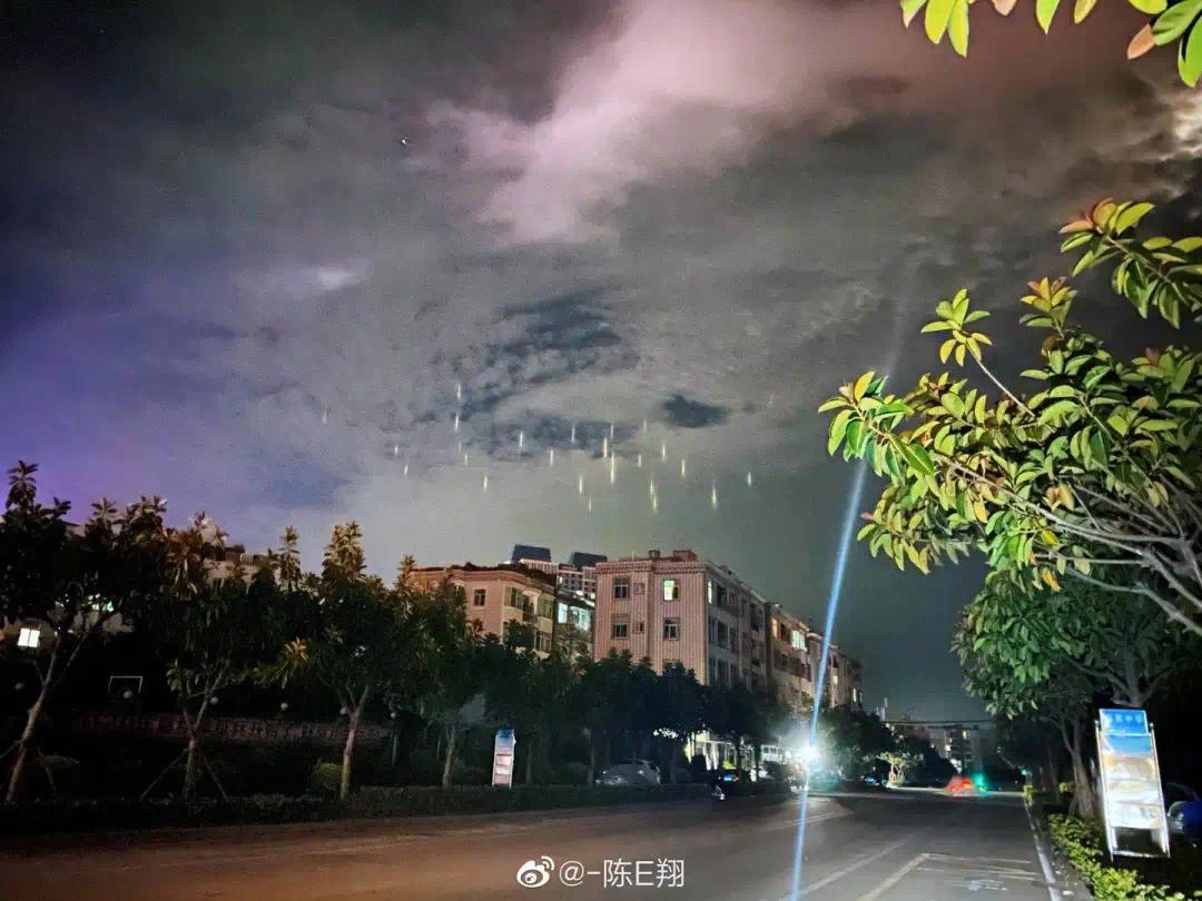 """【黄永胜简历】_福建平潭出现罕见""""暖夜灯柱"""" 网友:外星飞船要降落了"""