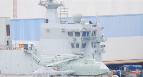 [7月份在075飞行甲板上发现的直升机和无人直升机模型]