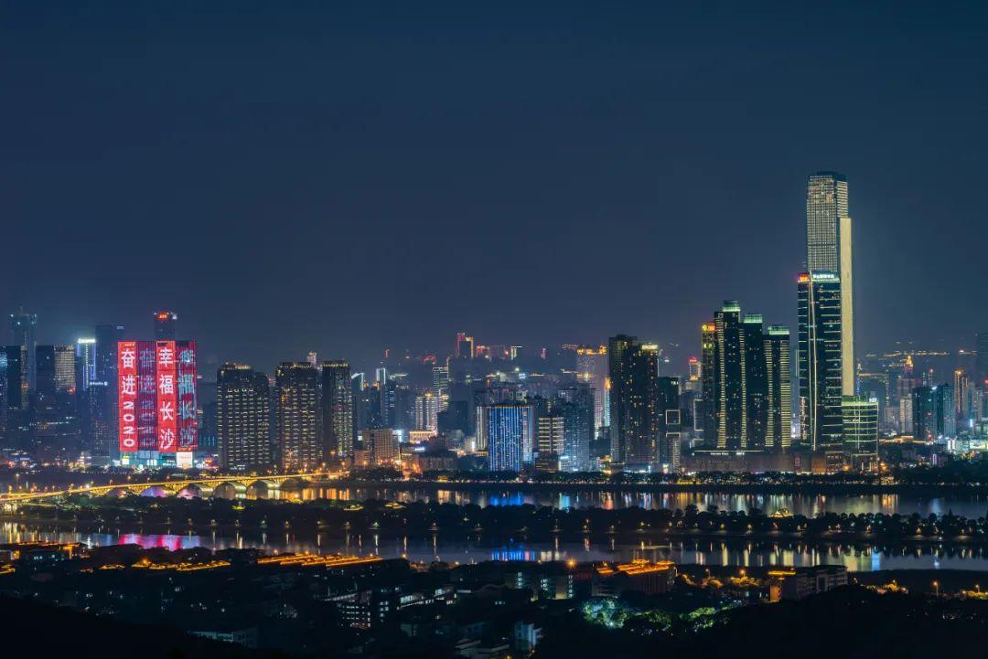 ▲ 岳麓山上眺望湘江东岸CBD景色。图 / 视觉中国