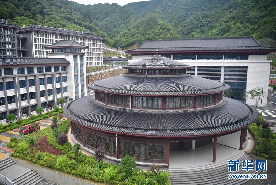 """(新华视点·图文互动)(4)学校建漂亮点本无错,为何这所""""豪华中学""""让人困惑?"""