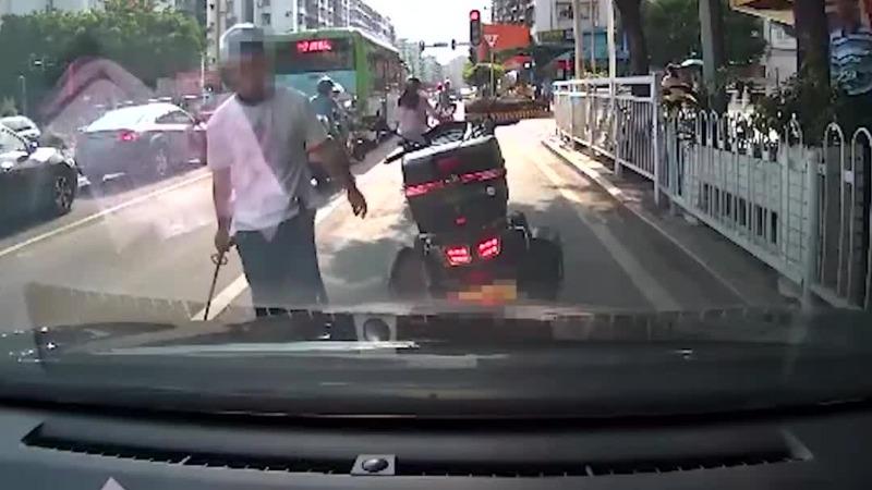 摩托车男拔出一米长刀威胁身后鸣笛的司机 警方通报